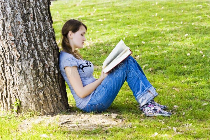 Junges Mädchen, das ein Buch genießt lizenzfreies stockfoto