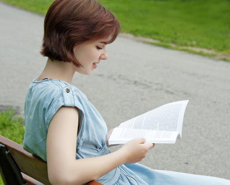 Junges Mädchen, Das Ein Buch Liest Stockbild