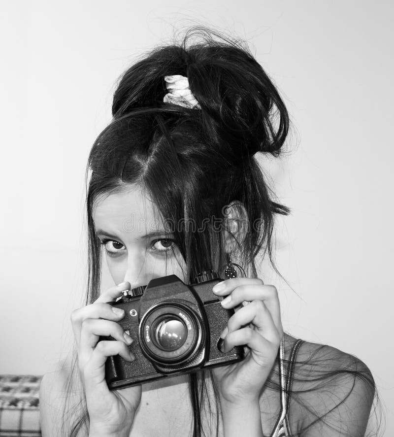 Junges Mädchen, das eine Kamera anhält stockbild