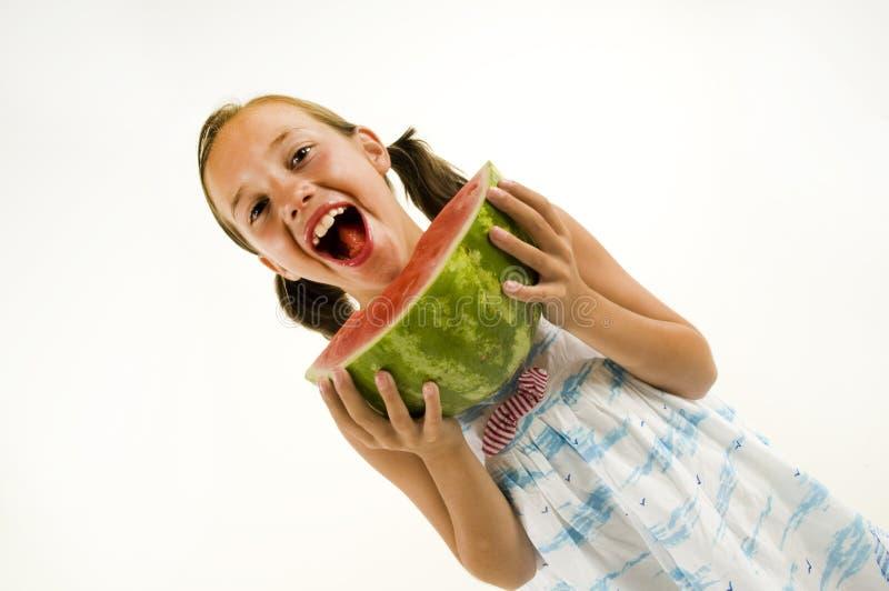 Junges Mädchen, das eine Wassermelone isst lizenzfreie stockfotografie