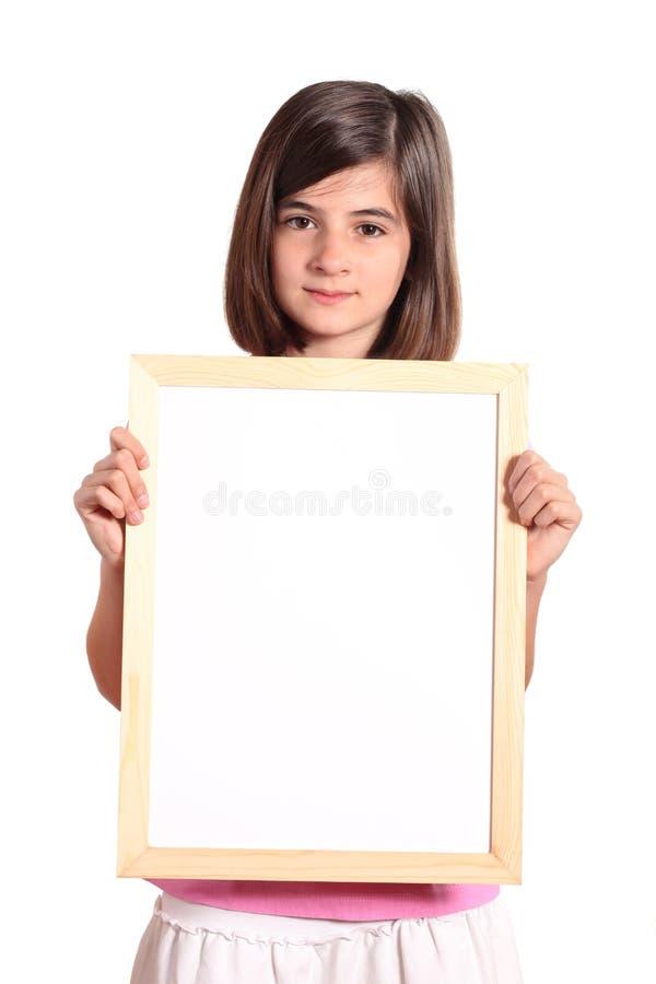 Junges Mädchen, das eine weiße Fahne anhält stockfotografie