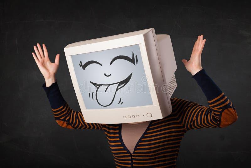 Junges Mädchen, das einen Monitor mit einem lustigen Gesicht trägt lizenzfreies stockbild