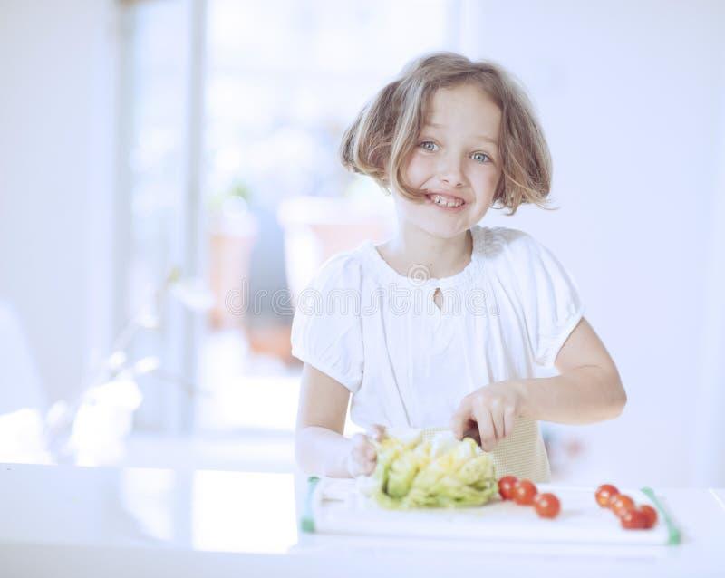 Junges Mädchen, das einen Salat macht stockfoto