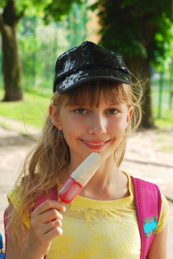 Junges Mädchen, das Eiscreme isst lizenzfreie stockbilder