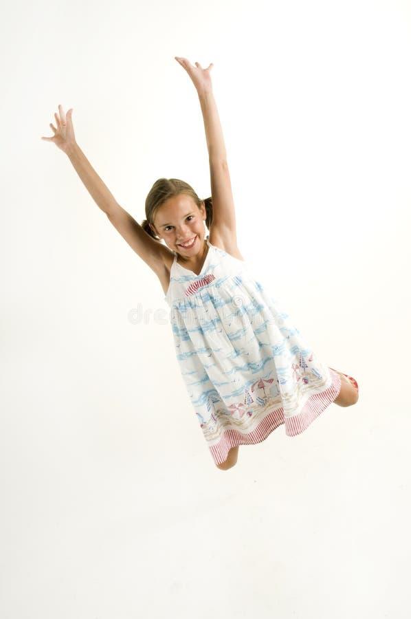 Junges Mädchen, das für Freude springt lizenzfreie stockfotos
