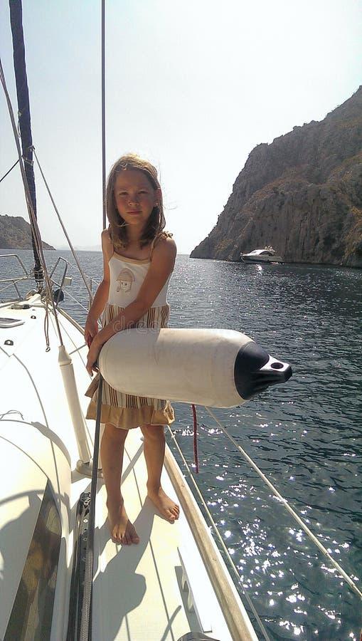 Junges Mädchen, das Fender auf Yacht hält lizenzfreie stockbilder