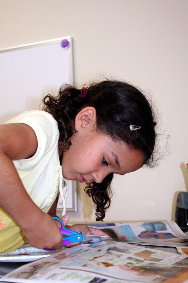 Junges Mädchen, das Fertigkeiten tut stockbilder