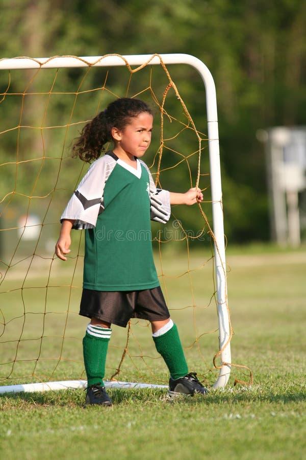 Junges Mädchen, das Fußball spielt stockfotos