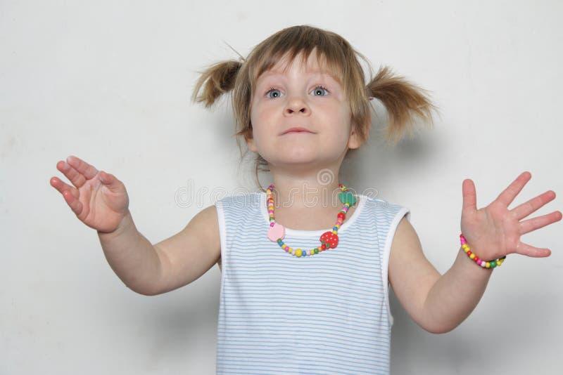 Junges Mädchen, das Gesichter bildet lizenzfreies stockfoto