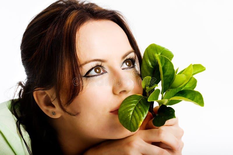 Junges Mädchen, das an grüne Zukunft denkt lizenzfreies stockbild