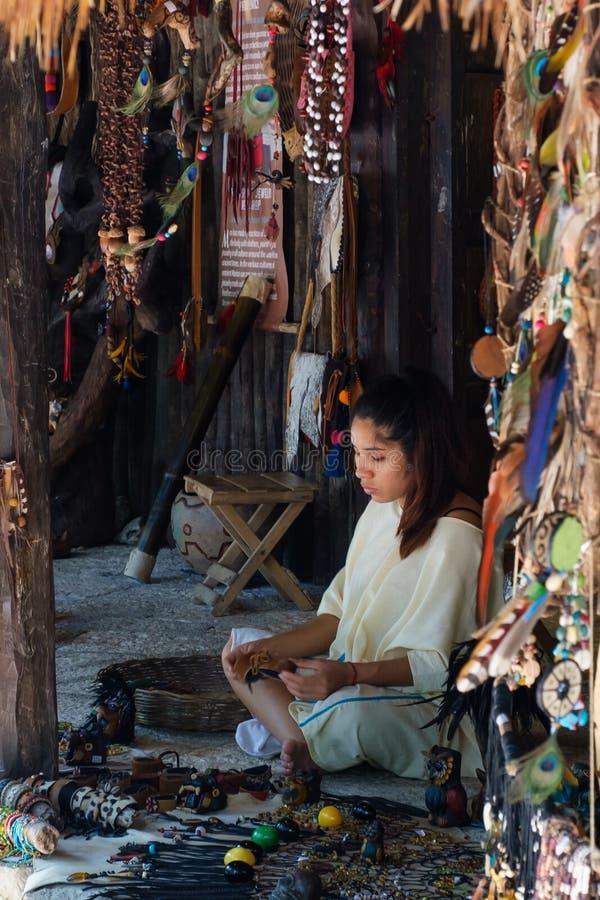 Junges Mädchen, das Handwerkkünste an einer lokalen Mayagemeinschaft macht stockfoto