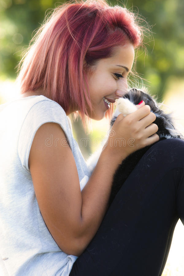 Junges Mädchen, das ihr Häschen liebt Umarmen und Küssen stockfoto
