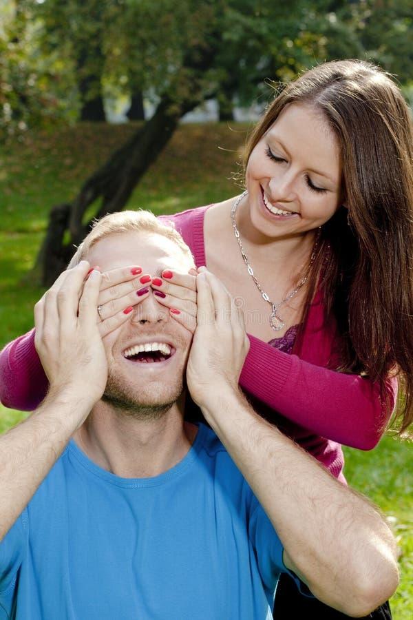 Junges Mädchen, das ihre Freund-Augen bedeckt lizenzfreie stockfotografie