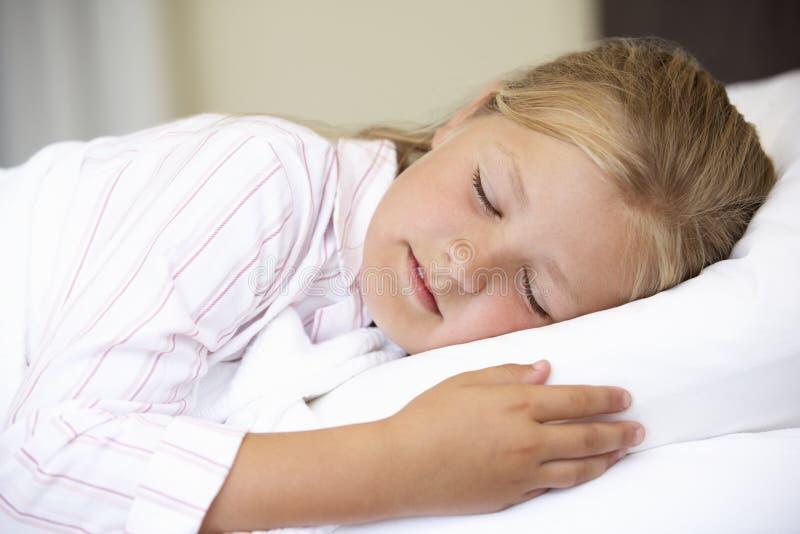 Afrikanisch amerikanisch junge schlafen im bett