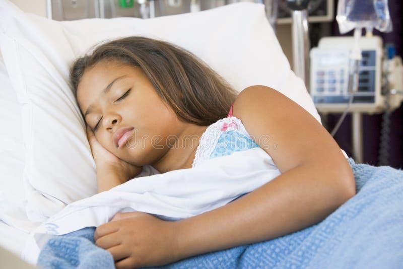 Junges Mädchen, das im Krankenhaus-Bett schläft stockfotos