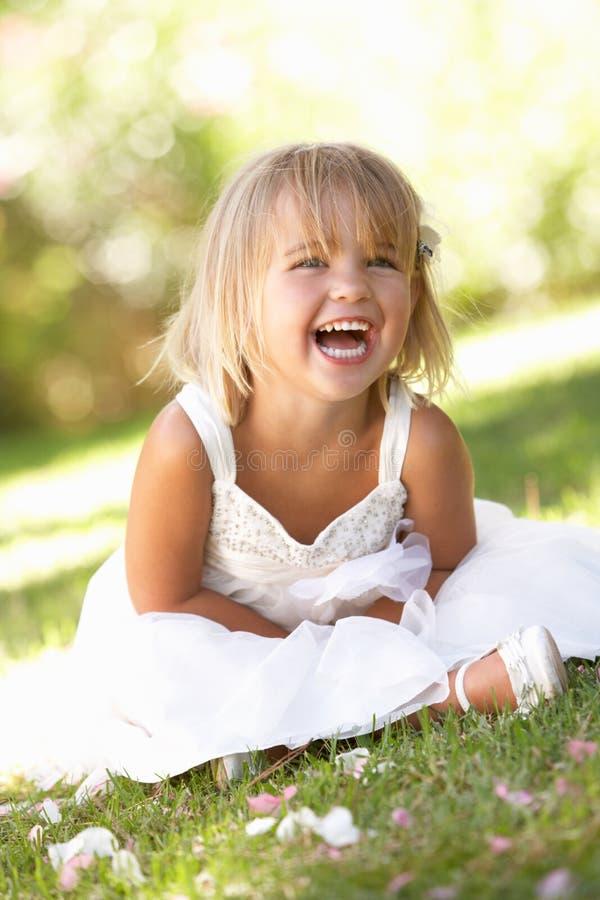 Junges Mädchen, das im Park aufwirft lizenzfreie stockfotos