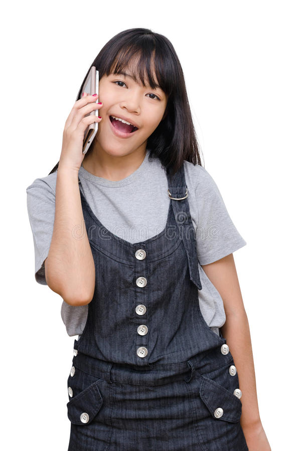 Junges Mädchen, das am intelligenten Telefon über Weiß spricht stockfotos