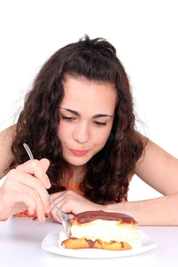 Junges Mädchen, das Kuchen isst stockfotografie