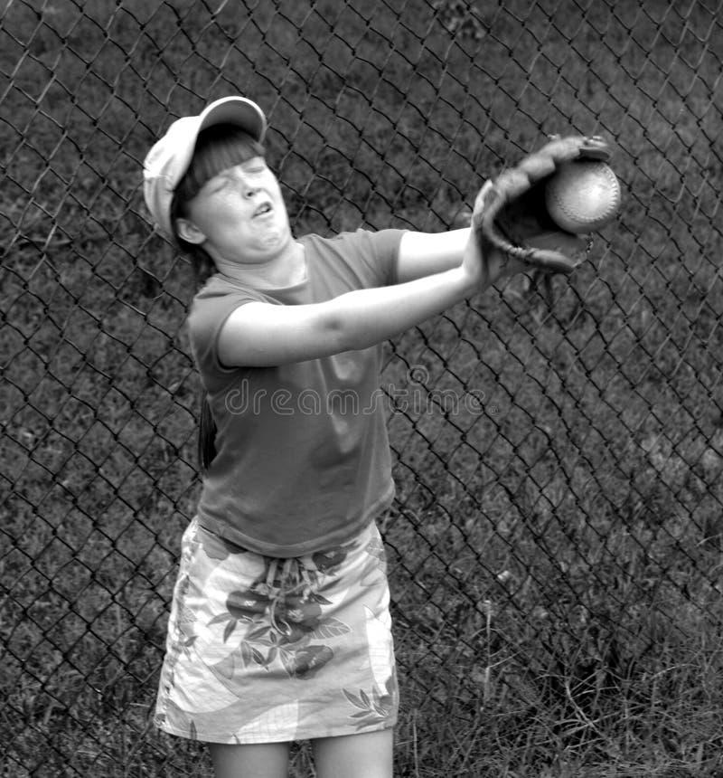 Junges Mädchen, das lernt, einen Ball zu fangen stockbild