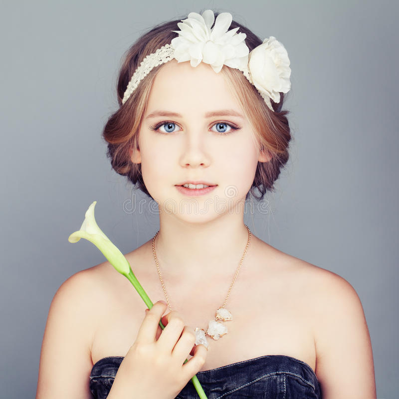 Junges Mädchen, das Lily Flower hält Nettes Gesicht und Böhme Boho-Chic stockbilder