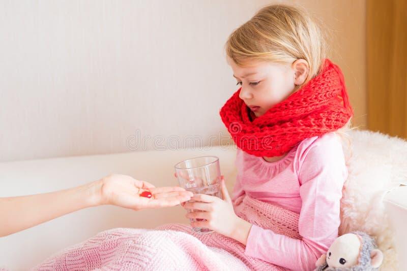 Junges Mädchen, das Medizinpille einnimmt stockfotos