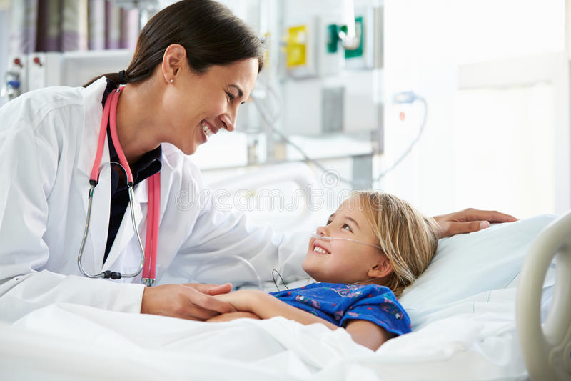 Junges Mädchen, das mit Ärztin-In Intensive Care-Einheit spricht lizenzfreies stockfoto