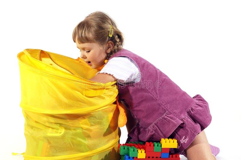 Junges Mädchen, das mit Blöcken spielt stockbild