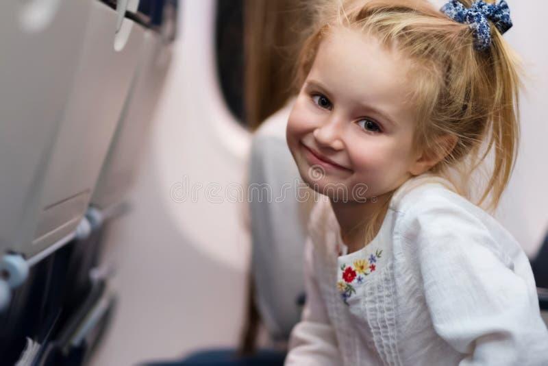 Junges Mädchen, das mit dem Flugzeug reist lizenzfreies stockfoto
