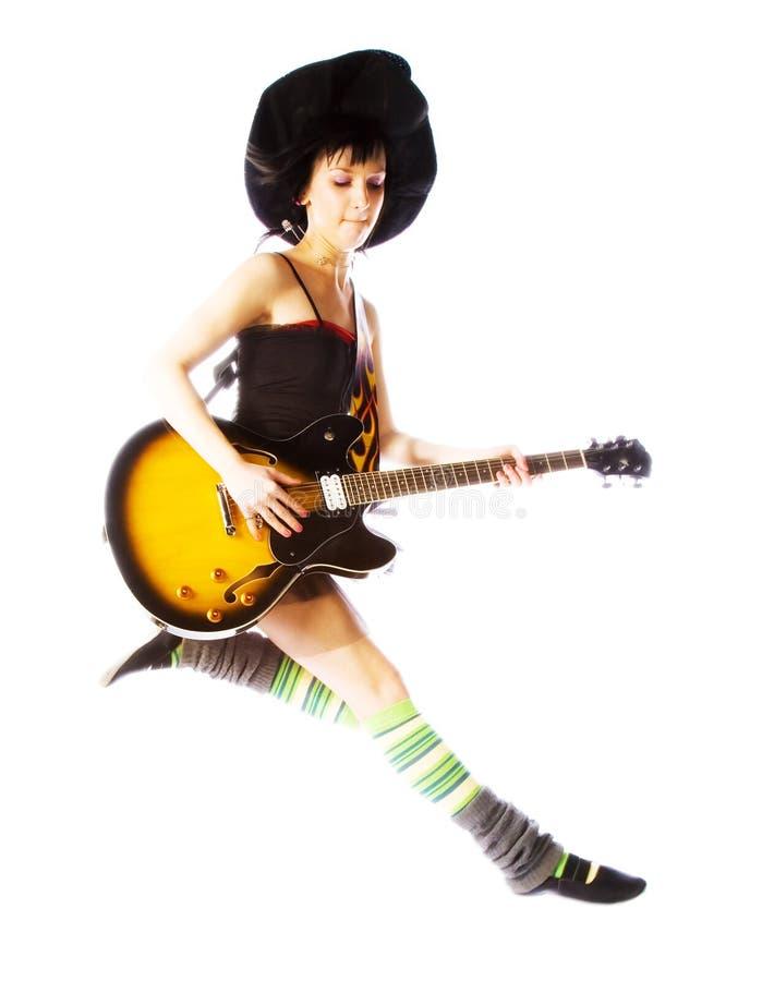 Junges Mädchen, das mit einer Gitarre springt stockbilder