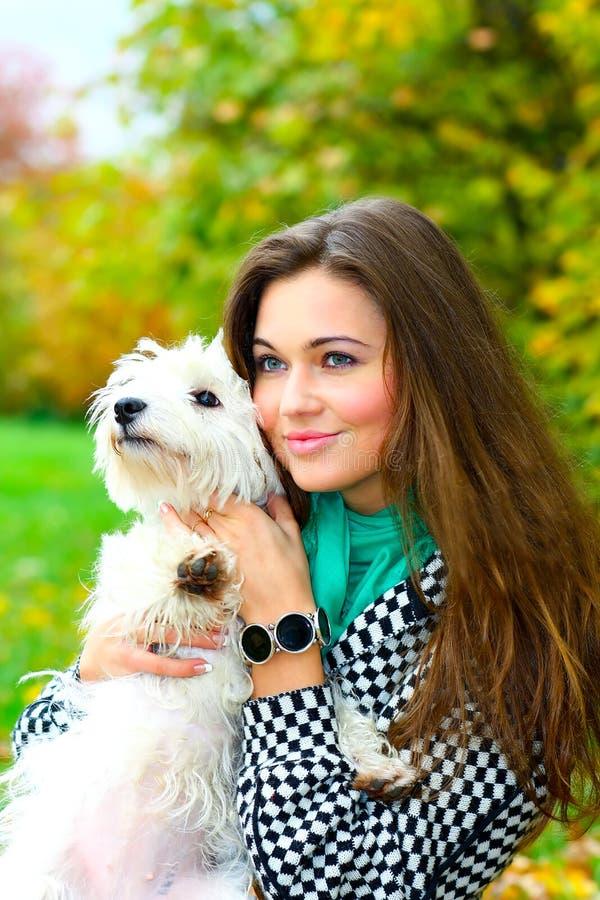 Junges Mädchen, das mit ihrem Hund spielt lizenzfreie stockfotografie