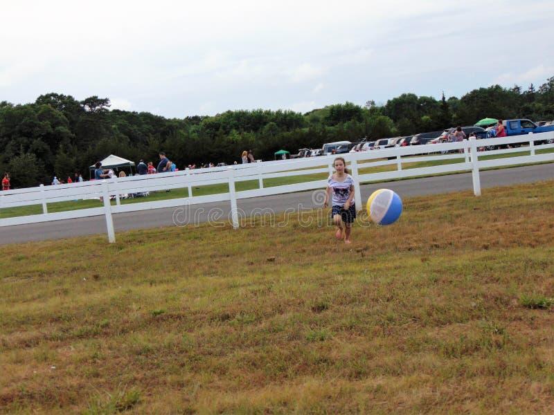Junges Mädchen, das mit Wasserball spielt stockbild