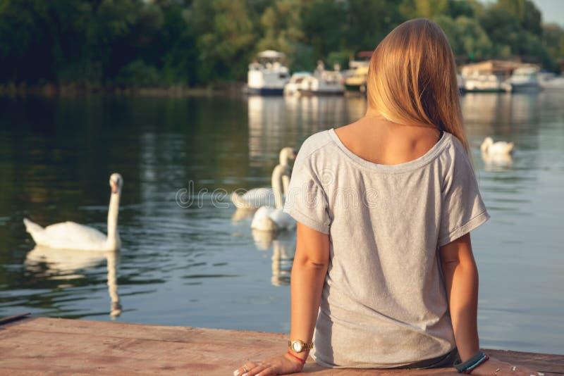 Junges Mädchen, das nahe Fluss genießt lizenzfreie stockfotografie