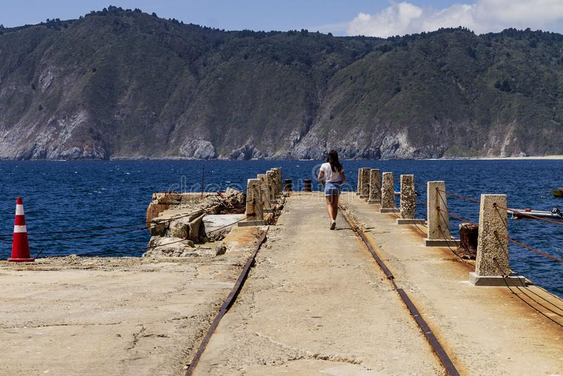 Junges Mädchen, das in Pier geht lizenzfreies stockfoto