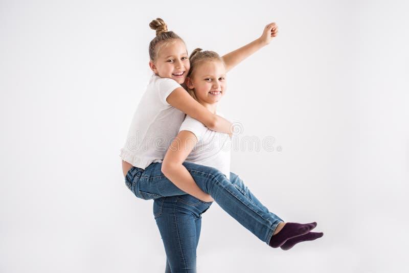 Junges Mädchen, das piggyback Fahrt genießt stockbild