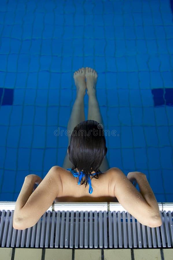 Junges Mädchen, das in Pool 02 sich entspannt lizenzfreie stockbilder