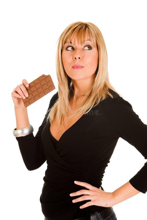 Junges Mädchen, das Schokolade isst stockfotografie