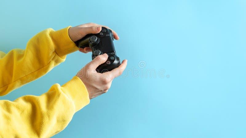 Junges Mädchen, das schwarzen Steuerknüppel in ihren Händen hält stockfotos