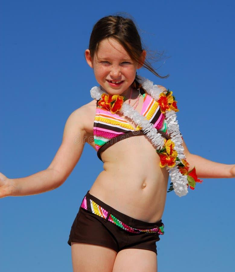 Junges Mädchen, das Spaß am Strand hat lizenzfreies stockbild