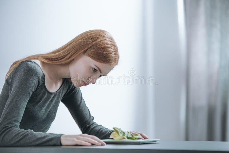 Junges Mädchen, das strenger Diät folgt stockfoto