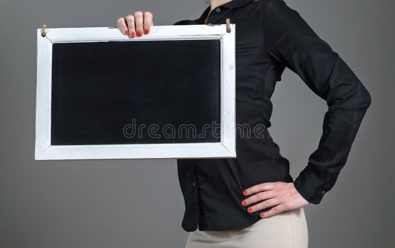 Junges Mädchen, das Tafel hält lizenzfreies stockbild