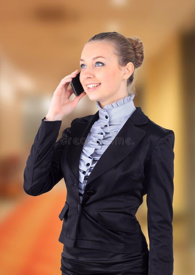 Porträtbild einer Geschäftsfrau, die am Telefon spricht lizenzfreies stockfoto