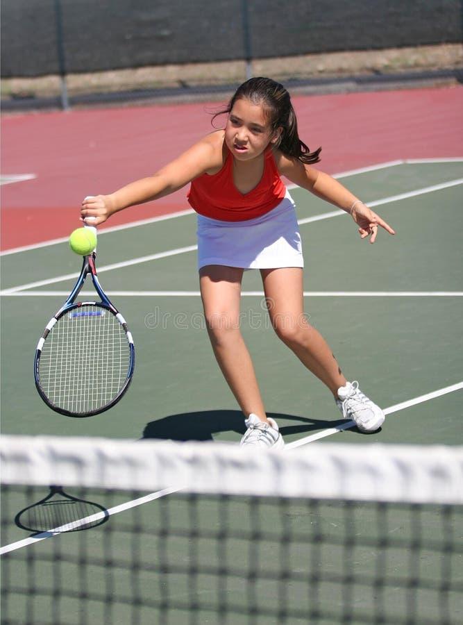 Junges Mädchen, das Tennis spielt lizenzfreies stockbild