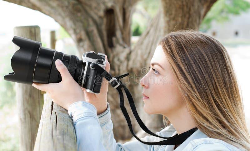 Junges Mädchen, das wartet, um Foto zu machen lizenzfreies stockfoto