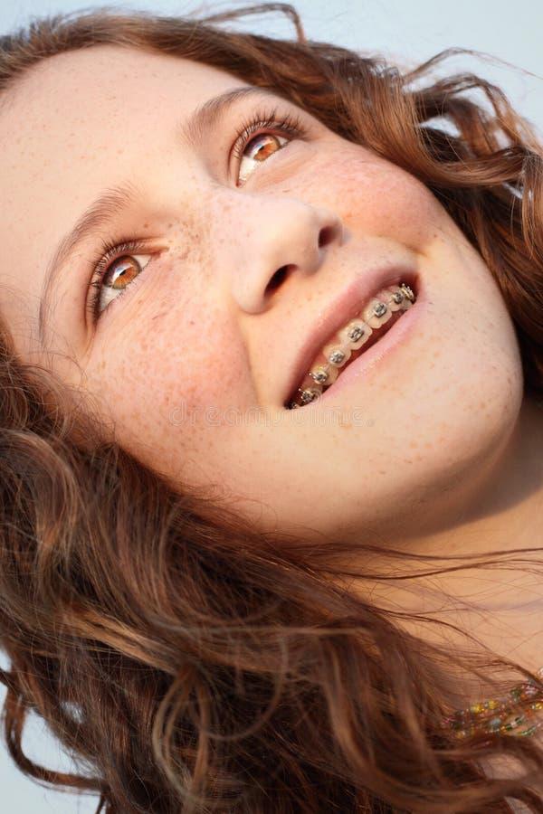 Junges Mädchen, das weg flüchtig blickt lizenzfreie stockfotos