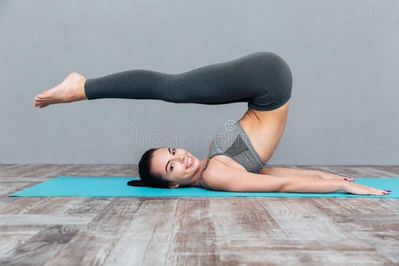 Junges Mädchen, das Yogaübung Halasana (Pflug-, tut Haltung) lizenzfreie stockfotos