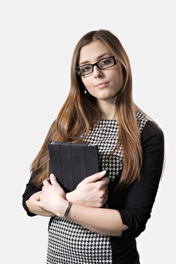 Junges Mädchen in den Gläsern mit einem Tablet-PC stockfotografie