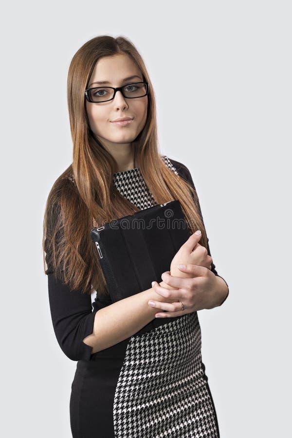 Junges Mädchen in den Gläsern mit einem Tablet-PC stockfotos