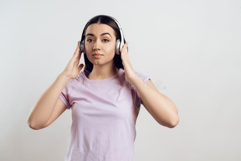 Junges Mädchen in den Kopfhörern hört klassische Musik lizenzfreies stockbild