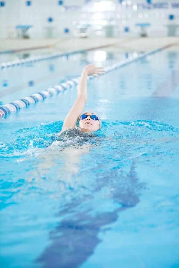 Junges Mädchen in den Schutzbrillen hintere Schleichenanschlagart schwimmend lizenzfreie stockfotografie