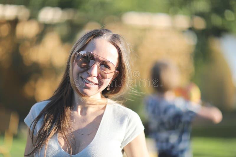Junges Mädchen in den Sonnenbrillen lizenzfreies stockfoto